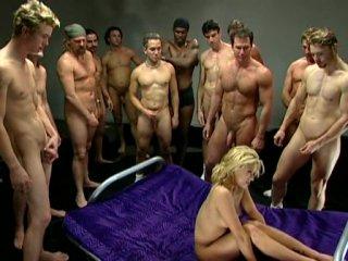 Много мужиков трахают и кончают на бабу